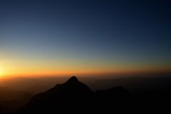 在日落的黑白山 库存图片