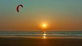 在日落的滑水竞赛。 免版税库存图片