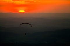 在日落的滑翔伞在Atibaia 免版税库存图片