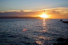 在日落的滑翔伞 库存图片