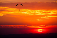 在日落的滑翔伞 图库摄影