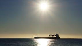 在日落的货船在智利的海 库存照片