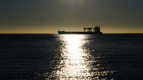 在日落的货船 库存照片