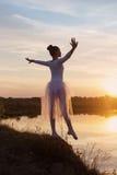 在日落的年轻跳芭蕾舞者 免版税库存图片