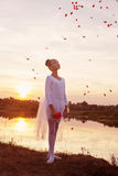 在日落的年轻跳芭蕾舞者 免版税库存照片
