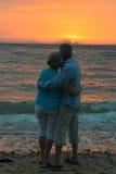 在日落的年长夫妇 库存照片