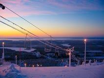 在日落的滑雪吊车 免版税库存图片