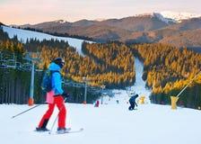 在日落的滑雪胜地 库存照片
