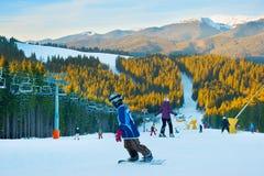 在日落的滑雪胜地 免版税库存照片
