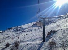 在日落的滑雪驾空滑车 库存照片
