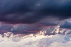 在日落的暴风云 免版税库存照片
