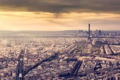 在日落的巴黎,法国地平线 浪漫金黄光的艾菲尔铁塔 免版税库存照片