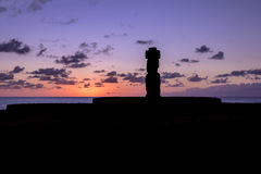 在日落的Ahu Tahai Moai雕象剪影佩带的topknot在安加罗阿-复活节岛,智利附近 库存照片