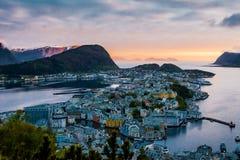 在日落的Alesund地平线 库存图片