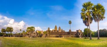 在日落的Angkor Wat angkor banteay柬埔寨湖lotuses收割siem srey寺庙 柬埔寨 全景 图库摄影