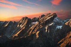 在日落的Apuane alpi多雪的山和大理石猎物在winte 图库摄影
