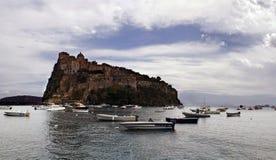 在日落的Aragonese城堡,坐骨 库存照片