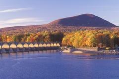 在日落的Ashokan水库, Catskill森林蜜饯,纽约 免版税库存照片