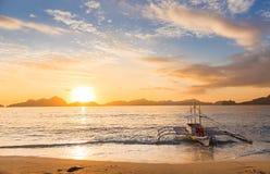 在日落的Banca小船在巴拉望岛,菲律宾 免版税库存照片