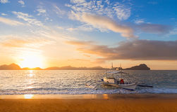 在日落的Banca小船在巴拉望岛,菲律宾 库存照片