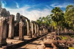 在日落的Bayon寺庙 angkor柬埔寨收割siem wat 免版税库存照片