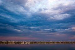在日落的Beatifull长的曝光风景在风平浪静 免版税库存图片