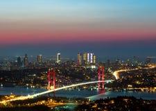 在日落的Bosphorus桥梁,伊斯坦布尔,土耳其 免版税库存照片
