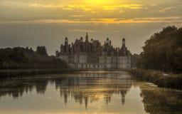 在日落的Chambord城堡 免版税库存图片