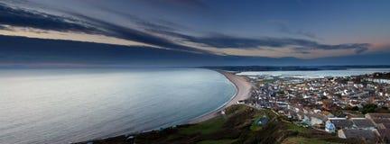 在日落的Chesil海滩 库存图片