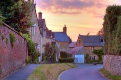 在日落的Cotswold村庄 库存照片