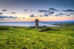 在日落的Doonagore城堡在Co. Clare 库存照片