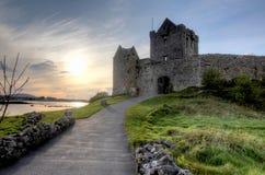 在日落的Dunguaire城堡 免版税库存图片