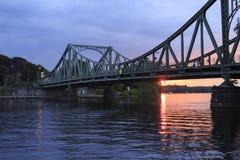 在日落的Glienicker桥梁 免版税库存照片