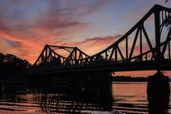 在日落的Glienicker桥梁 库存图片