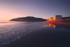 在日落的Gorliz海滩 库存照片