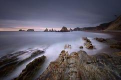 在日落的Gueirua海滩 阿斯图里亚斯西班牙 免版税库存图片