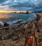 在日落的Gueirua海滩,阿斯图里亚斯,西班牙 免版税图库摄影