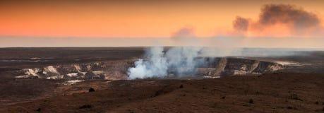 在日落的Halemaumau火山口 库存照片