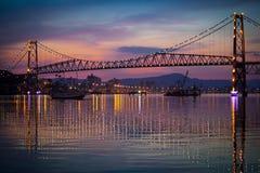 在日落的Hercilio Luz桥梁 库存图片