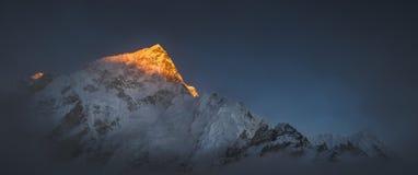 在日落的Himalya山顶珠穆琅玛和Nuptse 库存照片