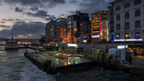 在日落的Karakoy码头,伊斯坦布尔,土耳其 免版税库存照片