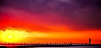 在日落的Manistee北部Pierhead灯塔 图库摄影