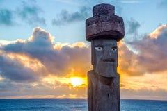 在日落的Moai复制品 免版税库存图片