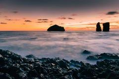 在日落的Mosteiros海滩在亚速尔群岛海岛 库存照片