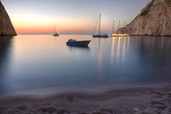 在日落的Navagio海滩,扎金索斯州 免版税库存图片