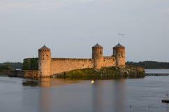 在日落的Olavinlinna城堡,芬兰 库存图片