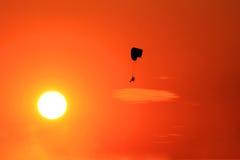 在日落的Paramotor飞行 免版税图库摄影