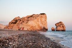 在日落的Petra Tou Romiou岩石,塞浦路斯 免版税库存照片