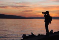 在日落的PhotographerÂ的剪影 库存照片