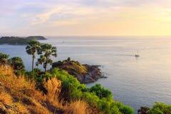 在日落的Phromthep海角,美丽如画的安达曼海视图在普吉岛海岛,泰国 与峭壁和绿色棕榈树的海景 免版税库存照片